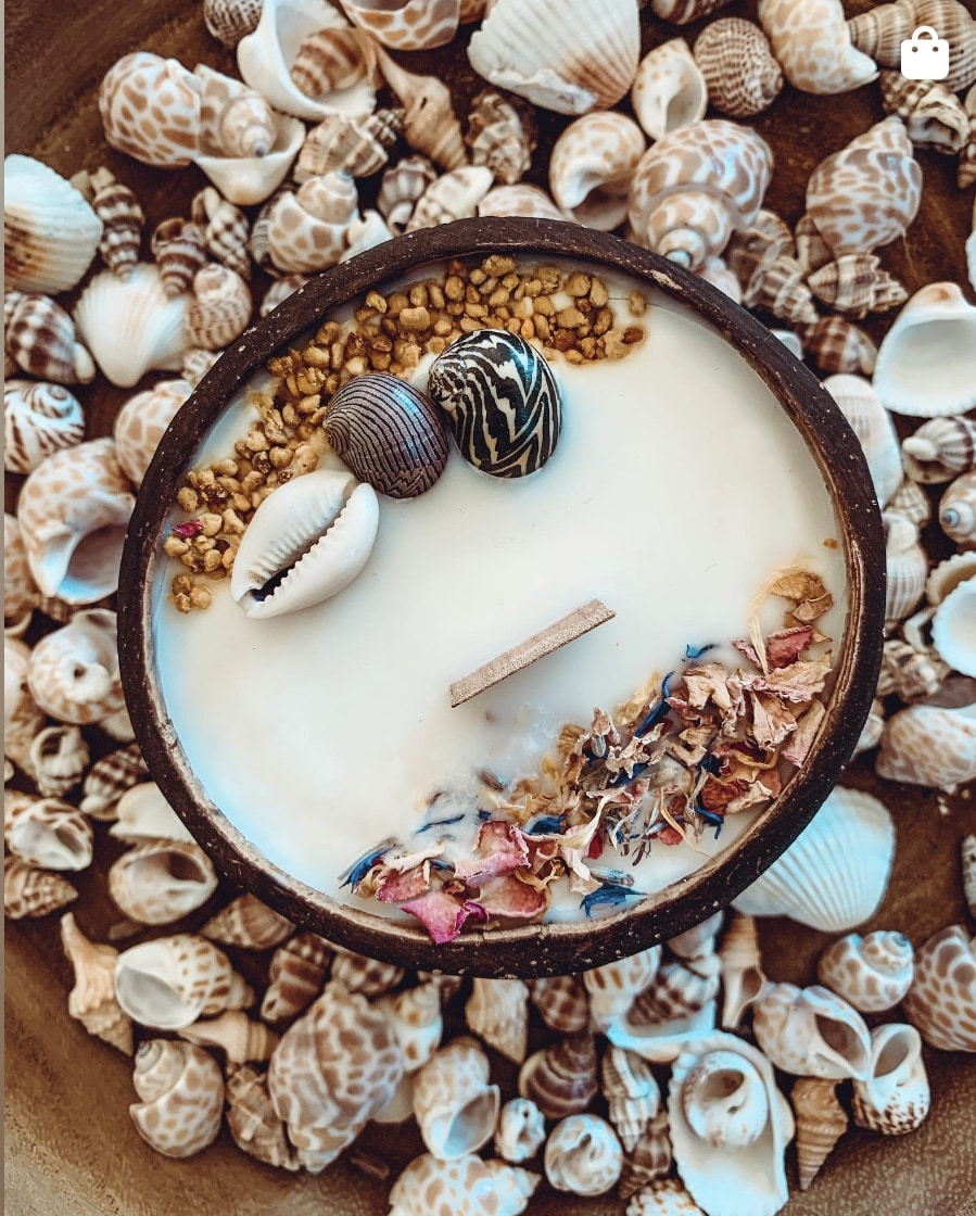 Bougie coque noix de coco décorée coquillage fleurs séchées