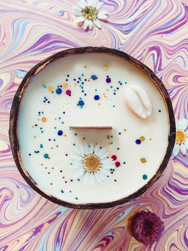 Bougie coque noix de coco fleur séchée coquillage hippie