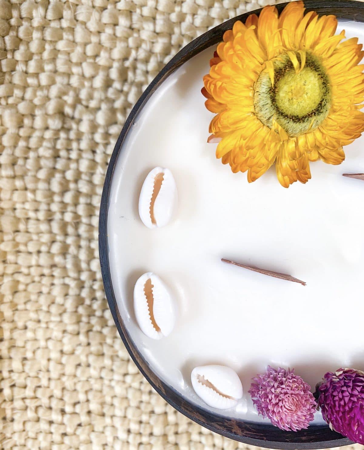 bougie fleurie noix de coco design surf coquillage et fleur